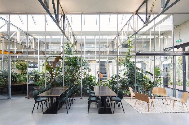 Joolz - Een tropische binnentuin als groene long in het gebouw.